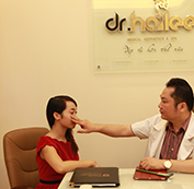 Bác sĩ thăm khám và tư vấn
