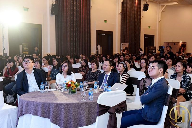 Đông đảo lượng khách hàng đang ngồi chờ khai mạc Ngày hội trải nghiệm công nghệ thẩm mỹ quốc tế
