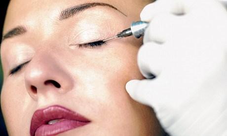 Vẽ viền mí mắt cân đối với khuôn mặt trước khi tiến hành phun mí