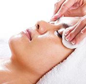 Làm sạch da vùng điều trị