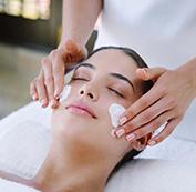 Bôi kem dưỡng tái tạo da và kết thúc quá trình điều trị