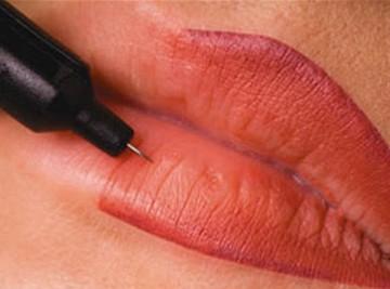 Tiến hành phun xăm môi